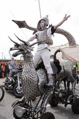 Ein Darsteller des Abacus Theater aus Holland mit seinem Ironwings genannten Gefaehrt im Rahmen der Hamburger Harley Days.