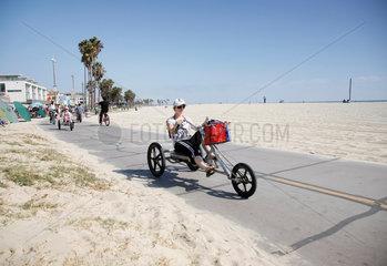 USA; Kalifornien; Venice Beach; Strand; Promenade; Strandpromenade; Los Angles; free time; Freizeit; fun sport; fun sports; Funsport; Funsportart; Funsportarten; Funsportler; America; American; Amerika; amerikanisch; aussen; Aussenaufnahme; Sandstrand; sa