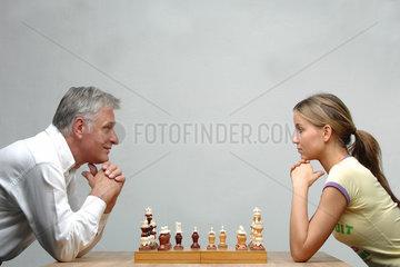 Schach; Schachbrett; Schachfigur; Schachfiguren; Schachspiel; europaeisch; Altersrente  Altersteilzeit  Generation  Altersvorsorge  gesetzliche Rentenversicherung  50 plus  50plus  demografischer Wandel  Rentenversicherung   Regelaltersgrenze  Renteneint