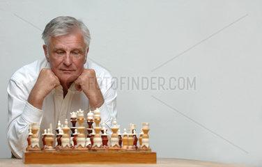 Schach; Schachbrett; Schachfigur; Schachfiguren; Schachspiel; europaeisch  Europaeer  Schachzug; Schlacht; Schwaeche; securities; security; securtities; securtiy; Sicherheit; Sicherheiten; Sieg; Spiel; spielen; Spielfeld; Kalkuel; frontal  abstuetzen  Sieges
