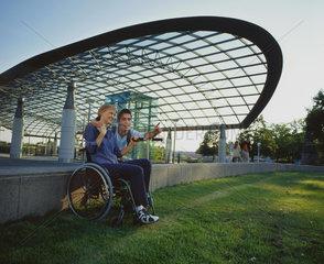 Zuneigung  Partnerschaft  Paar  Rollstuhl