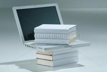 Literaturrecherche  online  Buecher  Laptop