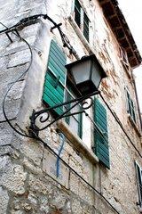 Alte Laterne an der Hausmauer