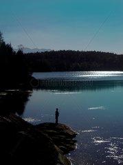 Bergsee in Kaernten mit Fischer
