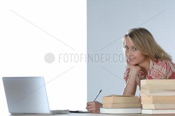 Laptop; Internet; Computer; Mimik; Gesichtsausdruck; eine Person; Frau; jung; lange Haare; Student; Studentin; 16; 17; 18; 20; 21; Jahre; Schueler; Schuelerin; Bildung; Wissen; Pisa; online; Alltag; Arbeit; Arbeitsplatz; Kommunikation; Buch; Buecher; Reche