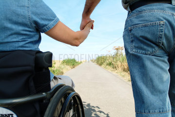 Handicap; Hand in Hand; anfassen; Spaziergang; Zusammen; Zweisamkeit; Paar; Rollstuhl; Zukunft; Ferne; Weg; Vertrautheit; vertrauen; Zugehoerigkeit; Paerchen; Partnerschaft; Beziehung; Rolli; Rollstuhlfahrer; haltend; Hand; Heterosexuelle Paare; Heterosexue