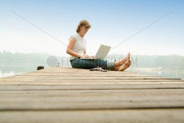 See  Laptop  Internet  Steg  online  Frau  jung