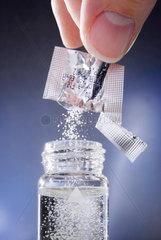 PPulver; Chemie; Chemiekalien; Labor; Forschung; blau; einfuellen; Experiment; Flaeschchen; Fluessigkeit; Fluessigkeiten; forschen; Forschung; Forschungslabor; Glasflaeschchen; aufloesen; Pharma; Versuch; Wissenschaft; Pharmaindustrie; close up; close-up;
