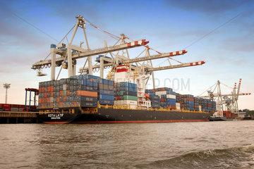 Schiff; Hafen; Container; Himmel; blau; Aussenaufnahme; Blauer Himmel; Deck; Detail; Elbe; Fracht; Frachter; Frachtschiff; Hamburg; Industrie; Umschlag; Umschlagplatz; Terminal; Niemand; Schiff; Groesse; gross; Containerbehaelter; Containerterminal; Transpor
