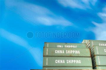 Schiff; Hafen; Container; Himmel; blau; Aussenaufnahme; Blauer Himmel; Detail; Elbe; Fracht; Frachter; Frachtschiff; Hamburg; Industrie; Niemand; Schiff; Groesse; gross; Transport; Logistik; Wirtschaft; Schiffahrt; Schiffe; Seefahrt; Deutschland; Kiel; Rost