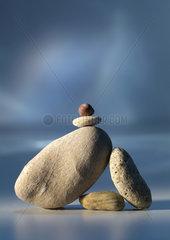 Anzahl; aufeinander; Ausgeglichenheit; Ausgleich; Balance; Element; Last; anlehnen; angelehnt; Groessenverhaeltnis; Stuetze; stuetzen; sich auf jemanden verlassen; Verlaesslichkeit; balancieren; Balance halten; Freisteller; fuenf; geordnet; gestapelt; glatt;