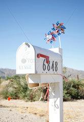 letters; mailbox; mailboxe; s postbox; postboxes; letter; box; letter boxes; Postkaesten; Postkasten; Post; Briefkasten; individiuell; Idee; Amerika; Wind; Windmuehlen; Windmuehle; amerikanisch; amerikanischer Briefkasten; aussen; Aussenaufnahme; landestypi