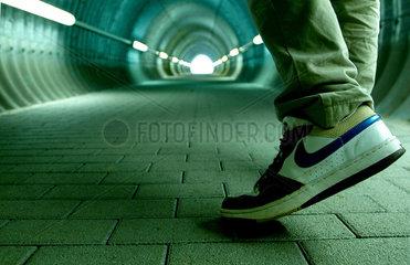 Tunnel; Angst; Gefahr; unsicher; dunkel; gefaehrlich; Durchgang; Ziel; Ausweg; niemand; leer; Leere; Lichtblick; Ausgang; hell; Ende; eng; Raum; end; Fluchtpunkt; footpath; Fussweg; Tunnelbeleuchtung; Tunnelblick; Tunnellichter; Tunnelroehre; Roehre; unteri