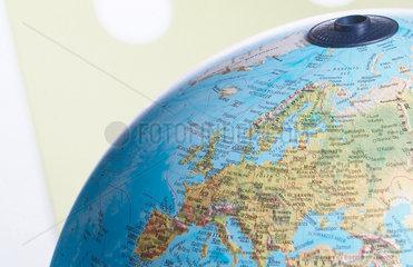 Globus; Europa; weltweit; Welt; Frau; Business; Job; Arbeit; Beruf; Umwelt; umweltbewusst; Karriere; Perspektive; Ehrgeiz; Meer; Weltmeer; Italien; global; economy; Globalisierung; Globalisation; globe; Aufbruch; Weltanschauung; Geschaeftswelt; Frau; Chance