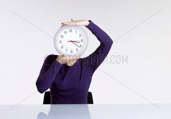 1 Person; Arbeitswelt; Erwachsen; Erwachsener; Geschaeftswelt; Geschaeftsfrau; Hellhaeutig; Konzept; Frau; weibliche Person; weiblich; Person; Studioaufnahme; Uhr; Zeit; Uhrzeit; Zeitdruck; weisser Hintergrund; Zeitarbeit; Zeitfenster; Zeitangabe; Zeitdruck;