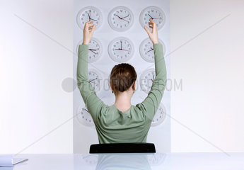 1 Person; Arbeitswelt; Erwachsen; Erwachsener; Geschaeftswelt; Geschaeftsfrau; Hellhaeutig; Konzept; Frau; weibliche Person; weiblich; Person; Studioaufnahme; Uhr; Uhren; Zeit; Uhrzeit; Zeitdruck; weisser Hintergrund; unterschiedlich; Unterschiede; Zeitarbeit
