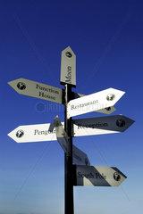 Wegweiser; Richtung; Richtungsweiser; Hinweis; Hinweisschild; Schild; Schilder; Schilderwald; Ziel; zielstrebig; Wirrwarr; Unentschlossenheit; Ratlosigkeit; Rat; Entscheidung; entscheiden; wohin; direkt; Entfernung; Pfeile; Hilfe; Fuehrung; fuehren; leit