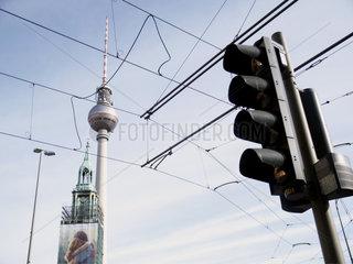 Fernsehturm mit Kabeln