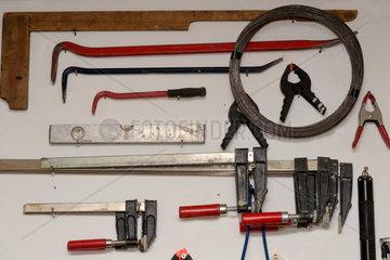 Werkzeug uebersichtlich sortiert an der Wand