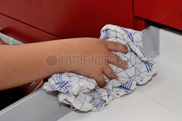 Person wischt mit Putzlappen sauber