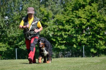 Seniorin beim Hundetraining