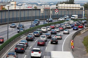 Stau im Verkehr mit Autos auf einer Autobahn Strasse