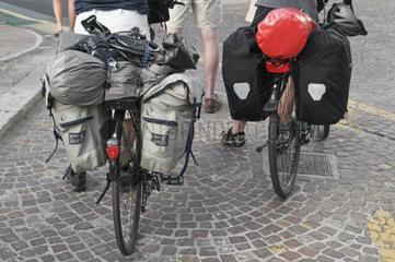 Rueckansicht der Radfahrer mit Taschen