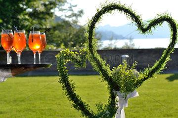 zwei Blumenherzen als Hochzeitssymbol und einladende Cocktails
