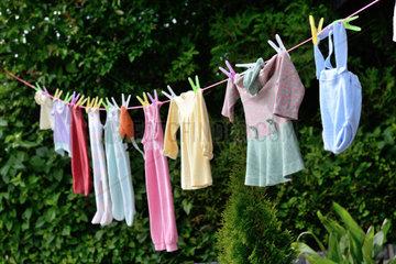 auf Waescheleine haengende Babykleidung