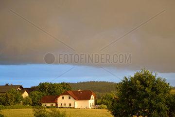Mix aus sonniger Landschaft und bedrohlichen Gewitterwolken