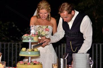 Hochzeitspaar beim Anschneiden der Hochzeitstorte