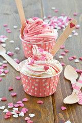 Frozen Yogurt mit bunten Herzen aus Zucker