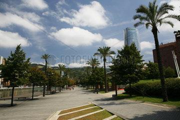 Uferpromenade mit Palmen am Fluss Nervión in Bilbao  Hauptstadt der Provinz Bizkaia  Baskenland  Spanien  Europa