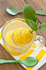 Tasse aus Glas mit heisser Zitrone