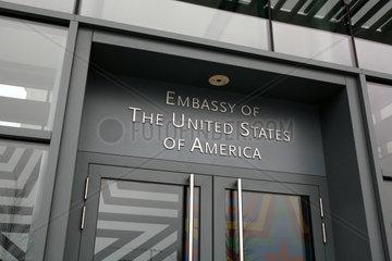 Schriftzug Embassy of the United States of America ueber der Eingangstuer der amerikanischen Botschaft in Berlin am Pariser Platz  Deutschland  Europa