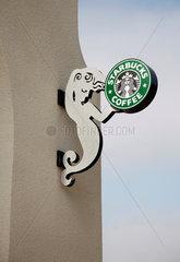 Starbucks; Kaffeeprodukte; Kaffee; Einzelhandelsunternehmen; Schild; Reclame; Reklame; Emblem; Firmenemblem; Firmenlogo; Gastronomie; STARBUCKS COFFEE; Cafe; Cafes  Amerika  Firmenname  Logo