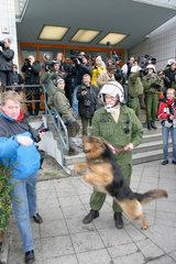 Polizeihund und Pressefotograf