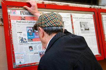 Italy. Rome- Ein Mann beim Zeitungslesen auf der Strasse