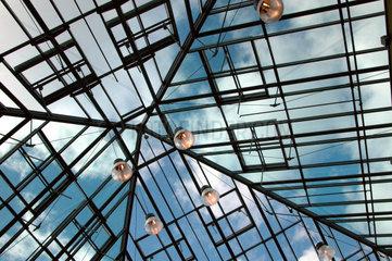 Glasdach mit Himmel