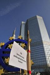 Sie betreten den antikapitalistischen Sektor  Transparent der Protestbewegung Occupy Frankfurt  unter dem Eurosymbol vor der EZB  Europaeische Zentralbank  Willy-Brandt-Platz  Frankfurt am Main  Hessen  Deutschland  Europa