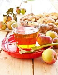 Bio Fruechtetee mit Apfel in Glastasse