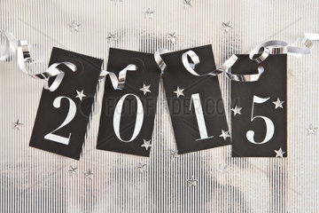 2015 auf silberenem Hintergrund mit Stern Konfetti