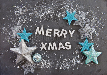 Merry Xmas auf Schiefer Hintergrund mit Sternen