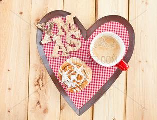 Frische schwedische Zimtschnecke und Kaffee fuer eine winterliche Kaffeepause