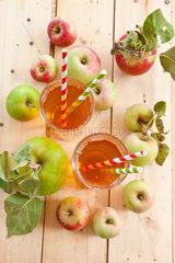 Klarer Apfelsaft in Glas mit frischen Aepfeln