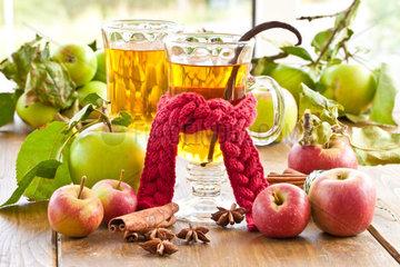 Heisser Apfelsaft mit Vanille und winterlichen Gewuerzen