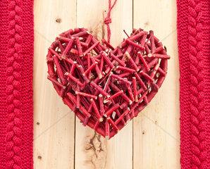 Rotes rustikales Herz auf Hintergrund aus Holz