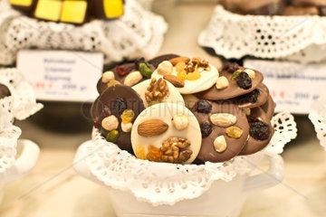 Verschiedene Schokolade mit Nuessen und Trockenfruechte
