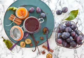 Verschiedene Marmelade von frischen Zwetschen mit winterlichen Gewuerzen