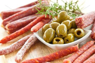 Antipasti auf Brett mit Salami und Oliven